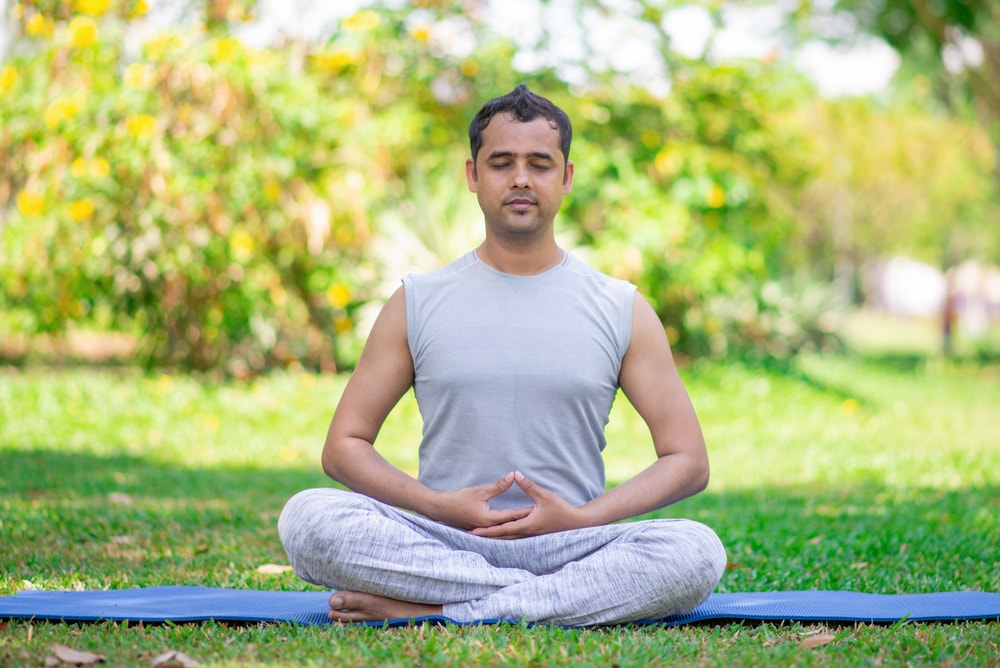 seduta meditativa con dhyana mudra