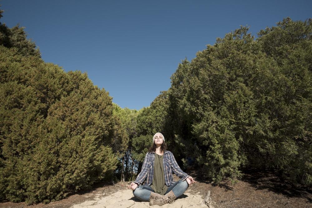 ragazza che medita nel bosco