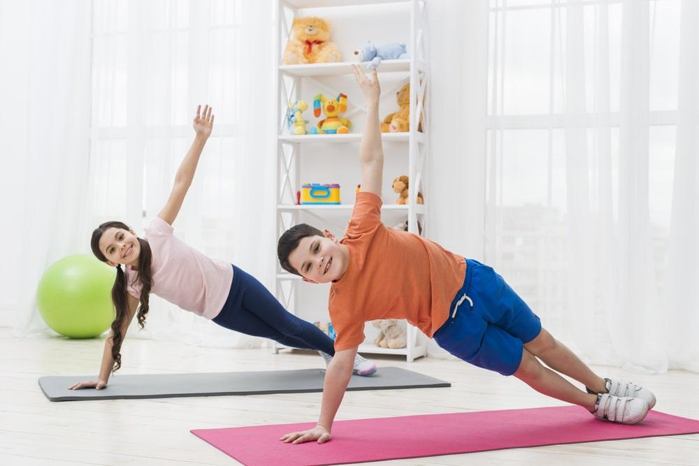 bambino e bambina esercizio yoga