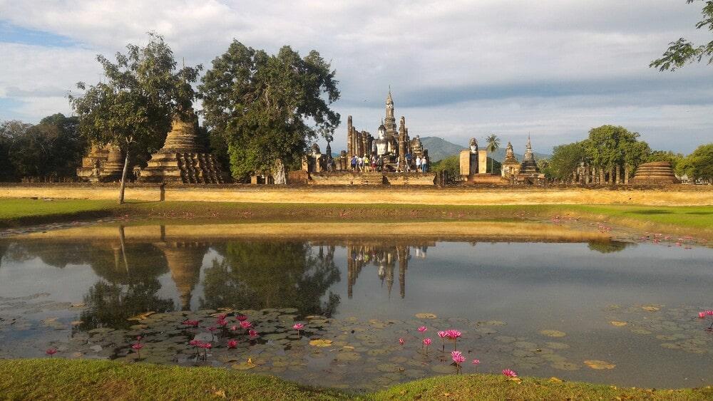 meditazione mantra la mente, lago in thailandia