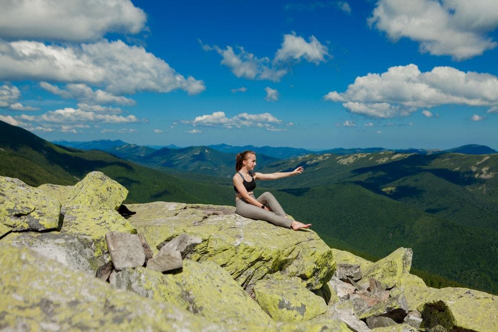 ragazza in montagna meditazione guidata