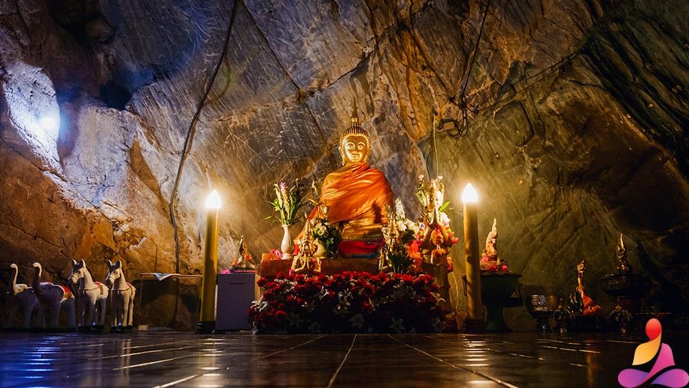 tempio buddista e budda seduto fra le rocce