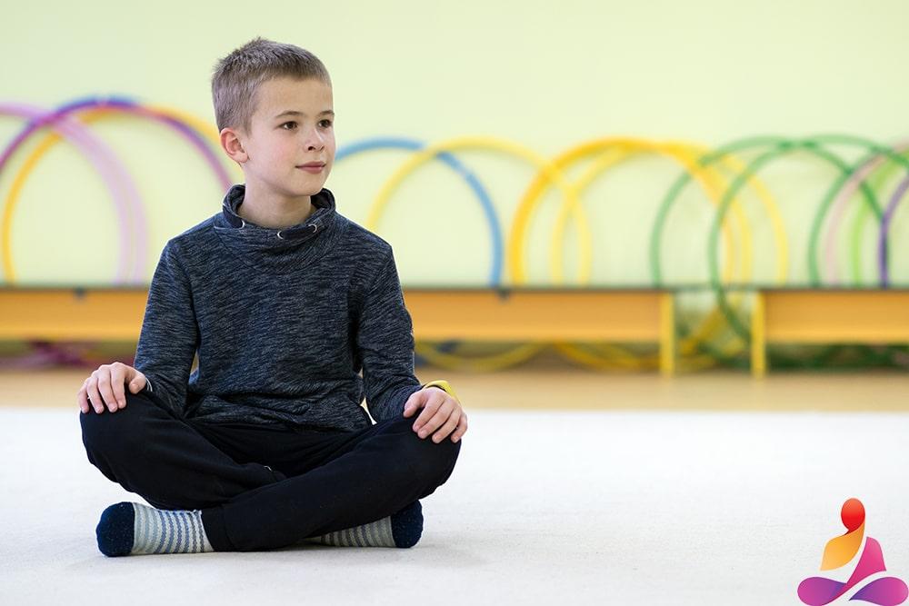 bambino concentrato durante la lezione