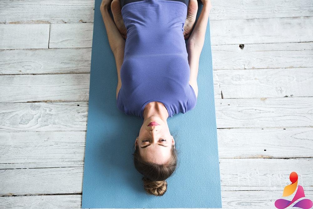 posizione da sdraiata gambe dietro la schiena